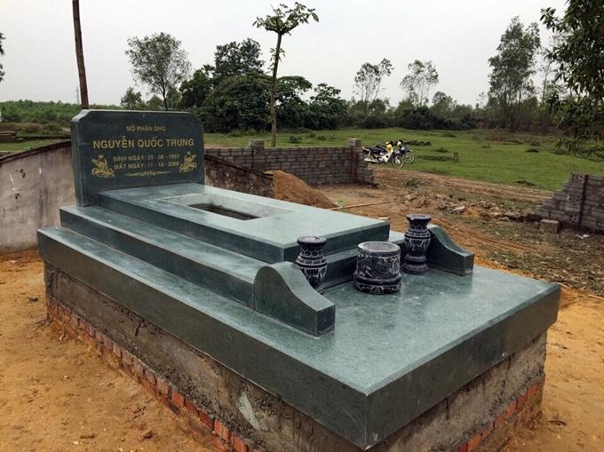 mộ đá xanh rêu