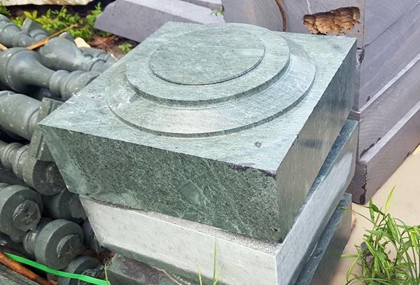 đá xanh rêu kê cột